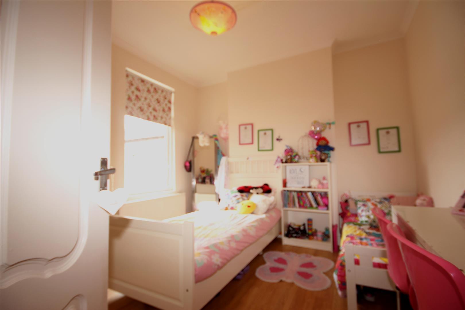 3 Bedrooms Maisonette Flat for sale in Drayton Road, London